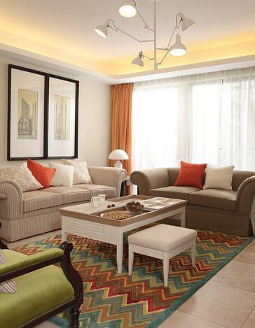 美式布艺沙发和彩虹波纹地毯,一个素雅,一个热烈,相得益彰