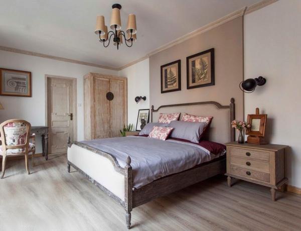 卧室继续以木色为主,吊灯的颜色与整体相协调,两个床头柜为卧室提供了储物支持。