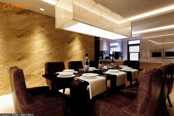与长桌安排形成呼应的装置吊灯,搭配着绒布材质餐椅,带出享食环境中的唯美奢