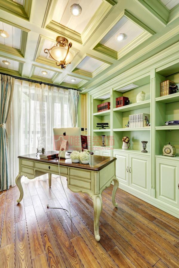 绿色的书房给人轻松愉悦的感觉,在那里读书只会心中充满愉悦。