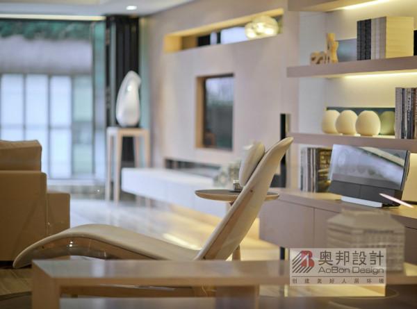 简单大气是本设计的主线。 白色是房间的主基调。 场景中有 很多独具匠心的设计, 比如客厅的木制几何形茶几、 餐厅的吊灯, 都是设计师的点睛之笔