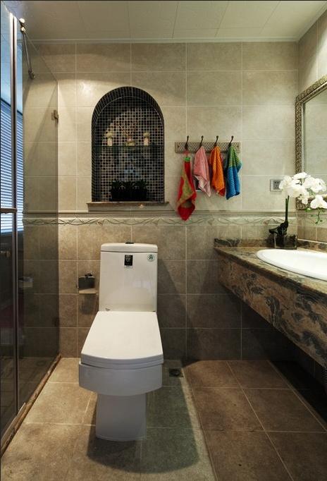 卫生间安装淋浴房,区分干湿区域。凹进去的立体墙面既提供了收纳空间也起到了装饰作用。