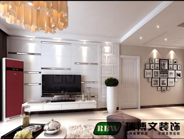 本案中大都采用简式家具与配饰的设计,以现代温馨的色调为主,搭配石膏板错位式造型和质感强烈的现代水银镜以及壁纸,营造出时尚而不失底蕴的装修内涵