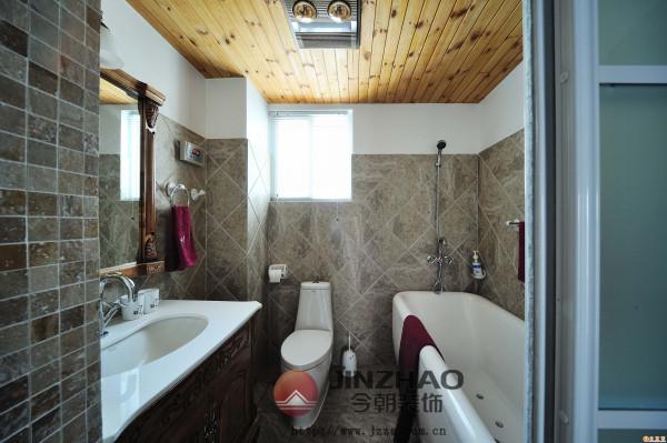 图案造型丰富的墙纸没有大面积的铺设,只是在一个区域展现,起到了点缀的作用,与之呼应的则是另外一边的洗手台角落的装饰。休闲区域也保证了充足的阳光收纳空间。