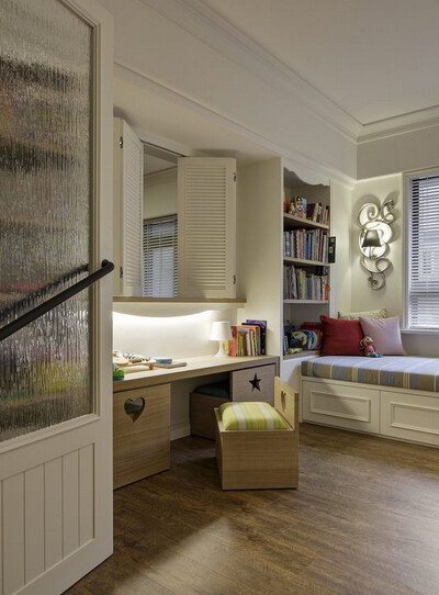 书房段落以对开的百叶窗与客厅衔接,呼应乡村风格之外也方便父母看照;另外贴心订制可纳入桌体的小椅子,让孩子一个人玩耍时不担心碰撞。