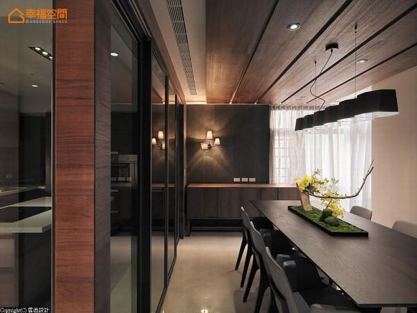天花横梁藉由木作饰条巧妙修饰,进而呼应延伸至二楼立面的电视墙造型。