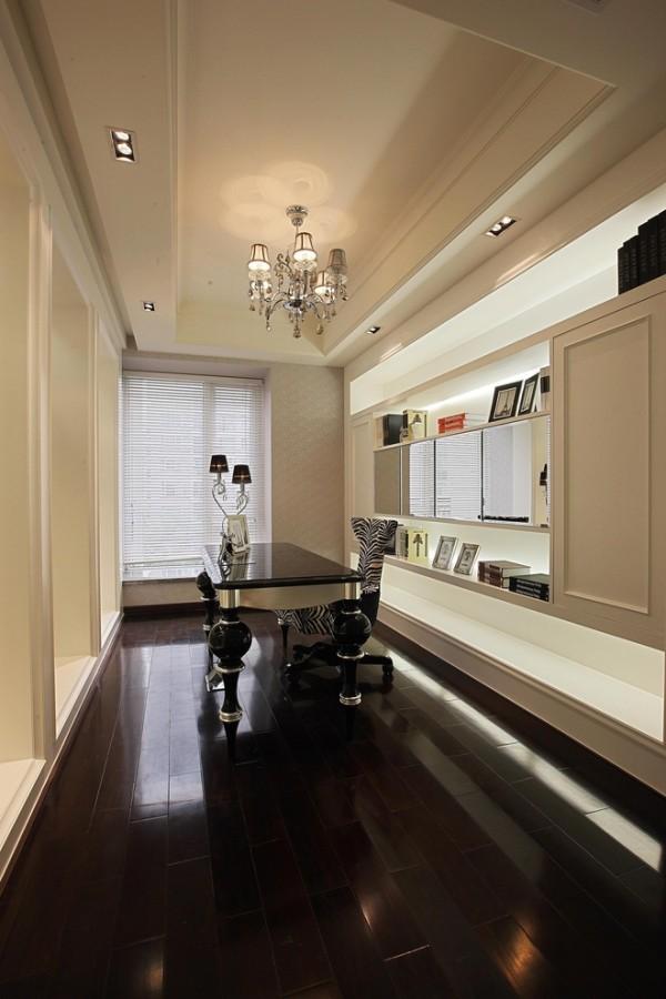 客厅与餐厅的链接,将原来狭窄的空间扩宽,让空间更连贯,同时客厅与书房的隔墙改为隔玻装饰,空间无论在纵向还是横向视觉增大,使入户后感觉更大气。