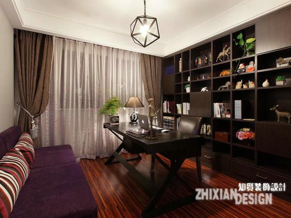 书房的设计与餐厅有异曲同工之妙,定制的壁柜与书房家具协和为一,紫罗兰的沙发和窗帘柔化了空间的质感。行至此处,如果仔细观察,不难发现每个空间的灯饰均形态不一,各有情致,最终统一为了现代居所的时尚表情