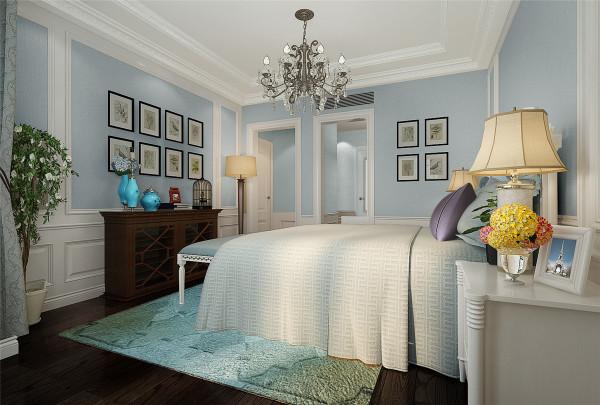 布艺沙发组合有着丝绒的质感以及流畅的木质曲 线, 将传统欧式家居的奢华与现代家居的实用性完美地结合。 壁 灯自然不可或缺, 它被安置在空间的交汇处