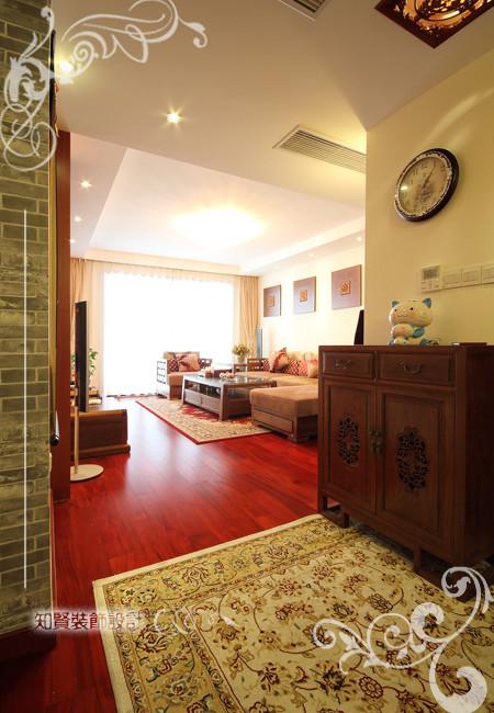 客厅的入户位置放置雕花的古木家居,从视觉感官上让人产生耳目一新的感觉,将空间的氛围从时间上拉远,配合有异域风情典雅别致的波西米亚风地毯,大气不失庄重,彰显品质之尊。