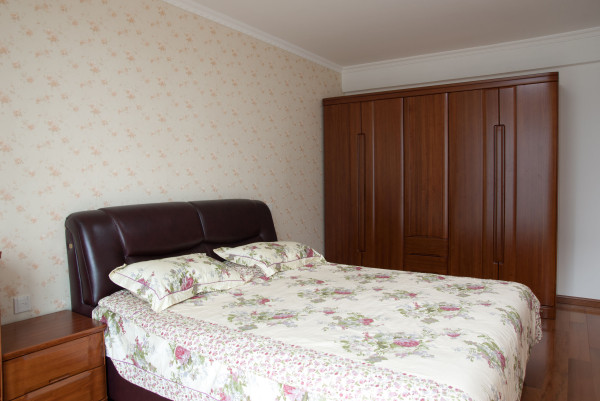 主卧光线明亮,空间比较大,床头背景运了软包和墙纸的结合, 飘窗作为一小憩的地放。