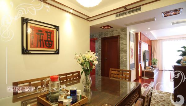 餐桌区域设计传统通廊结构,临近设置洗漱间、储藏室等,功能有效划分,空间合理配置,装饰典雅的设计,古朴十足的氛围,让您和家人有心好好享用每一顿食物;
