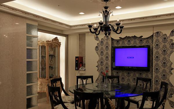 餐厅结合中式深色内敛与圆融精神,主墙也透过夸张抢眼的艺术表现,传达出新古典的时尚氛围。