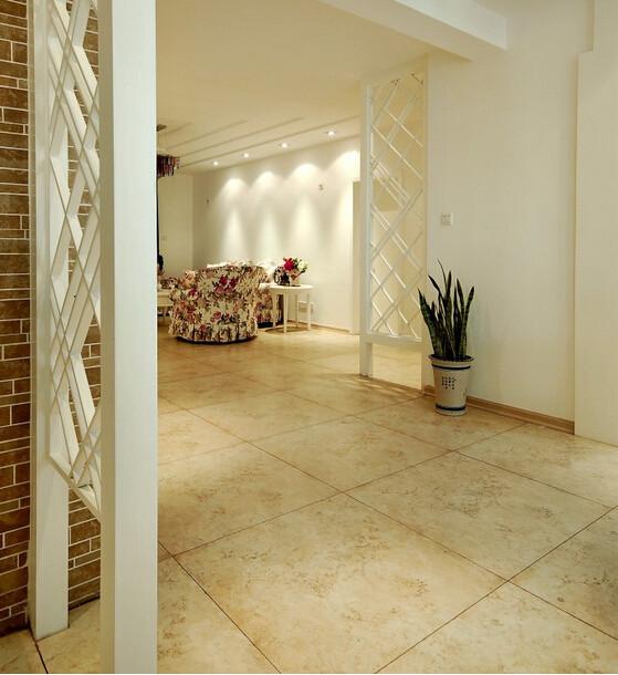 地面带纹络装的黄色大理石质地的瓷砖的铺设看上去温馨舒适,与简洁家居的搭配显得自然清晰,田园之风与简洁的完美搭配。
