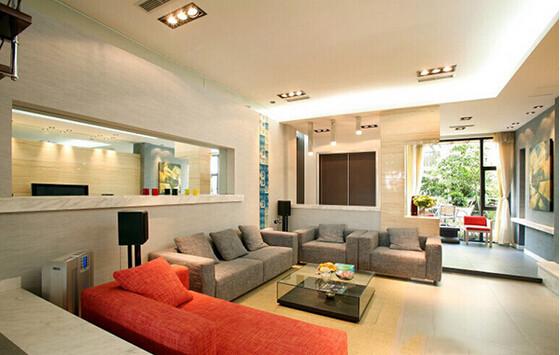 空间设计上,也突出了通透的效果,灰色的沙发搭配橘色的沙发,瞬间让客厅变得靓丽起来。