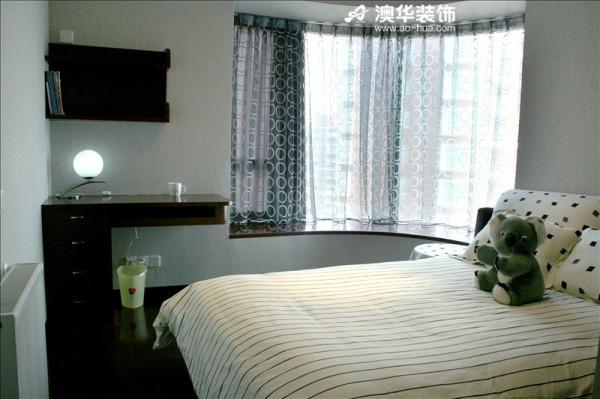次卧室依旧延续简单实用风,简易的定制书桌完成了卧室与书房的合二为一。 晨曦的第一缕阳光,总是从这扇窗照进来。愿你被这世界温柔相待。