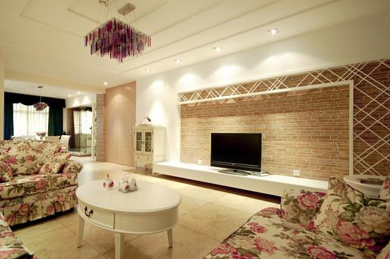 以白色为主装饰起来的简单线条的客厅,看上去简约自然,用木色砖块堆砌起来的电视背景显得温馨舒适。客厅中碎花布艺沙发的搭配,是整体增添了乡村田园的气息,简约与田园的完美结合,自然清晰。