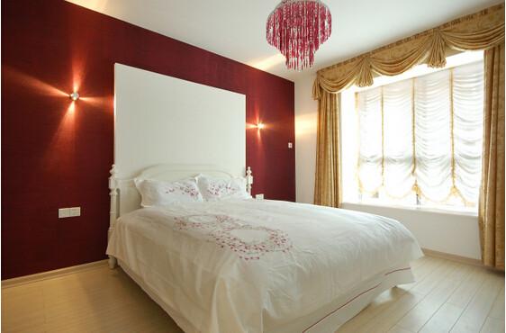 整体以红色为装饰的床的背景墙与白色素雅的床的搭配,于在干净贞洁之上增添了许多的生机与亮丽。淡黄实木的地板与黄色的窗帘相协调,于整体看起来温馨而又富有情调。