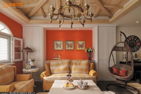 艳阳橘墙面前,格纹布沙发与蛋形藤椅,交织浓浓的乡居闲情。