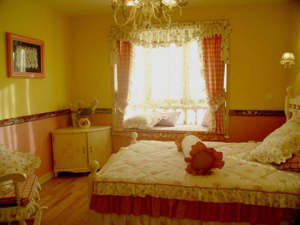 卧室的设计也是十分温馨舒适的,粉色加暖黄色墙漆给人十分甜美的感觉,飘窗的设计也给空间增添了很多乐趣,家具用品也是选择了女生喜欢的田园小碎花,温馨的味道不言而喻。