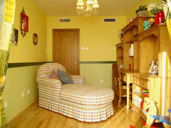 书房的设计十分俏皮,整体色调为暖黄色,墙面,地面以及家具颜色十分相称,给人十分协调的视觉感,嫩绿色则如春天的风一般清爽,实用的小睡床让能在疲劳中享受阳光的沐浴。