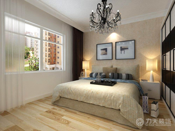 主卧的部分延续了客厅的色系,亚麻的壁纸、浅米色地板以及米色系床饰,使整个空间温馨、舒适。