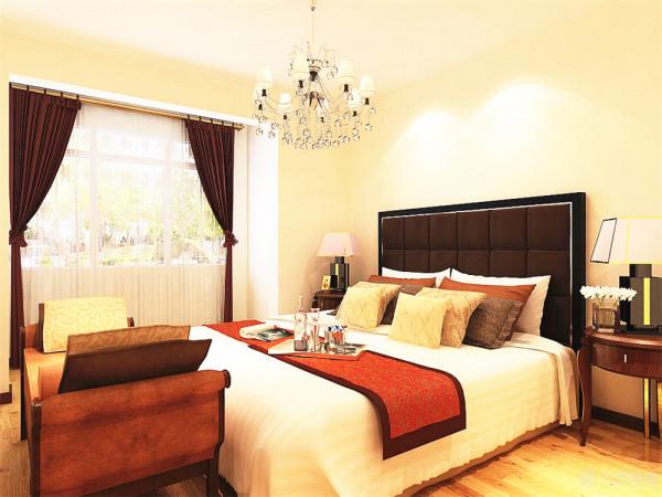 与次卧相对的是主卧室,主卧室附带一个小阳台,空闲时可以在此处欣赏风景放松心情;