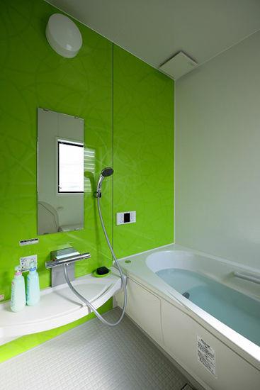 装饰Tips:淡灰色的地毯,不仅有防滑作用,还便于主人清洁打扫。淡绿的一面墙壁搭配白色的浴缸,给焱焱的夏日带来了一丝清凉之感。长方形的镜子,起到了扩大空间的视觉效果。