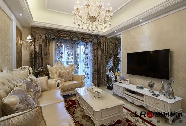 客厅布局细节陈设,整体色彩搭配温暖高雅,欧式的低调优雅在设计师的精心搭配下呈现。
