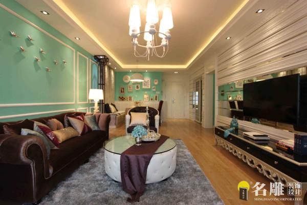 名雕肖军作品—都市新贵—客厅:后期软装配饰方面穿插蓝绿色的小配饰,抱枕,以及金属颜色的器皿,体现新贵族的新个性,升华主题。