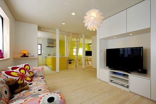 装饰Tips:白色的电视柜的下方,可以放是CD,遥控器等,方便主人拿取。大花纹的布衣沙发,搭配同种花纹的抱枕,美观大方。粉色的水晶吊灯,精美别致。