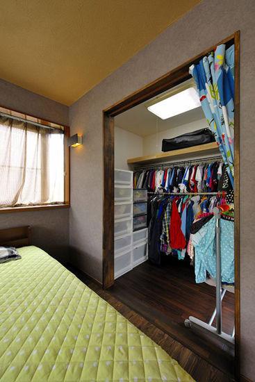 装饰Tips:步入式的衣橱,具有大容量的收纳功能,可以放置家中的衣物,实用至极。淡绿色的床垫,表现出自然气息,营造健康和谐的氛围。粉红色的窗帘,甜美温馨。