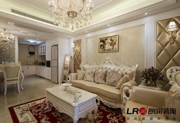 客厅沙发背景布局细节陈设,整体色彩搭配温暖高雅,欧式的低调优雅在设计师的精心搭配下呈现。