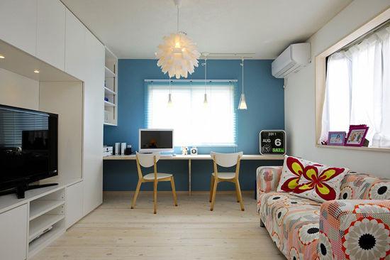 装饰Tips:淡蓝色的墙壁搭配淡木色的地板,整体显得清新淡雅。木质的书桌,非常节省空间,搭配白色的木椅,整体显得非常协调。分层式的收纳柜,放上书籍等,方便拿取。