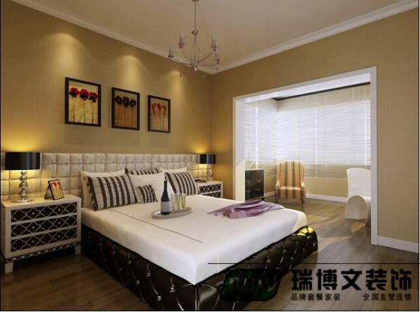 素雅的落地百叶窗在装饰上主导了房间的田园风格,也将白色家具衬托得更加清新,在舒适宜人的空间中,不可缺少的是充足的阳光和令人神情气爽的微风。素雅小碎花椅套装饰的椅子,让房间纯净之中透着一丝温馨。