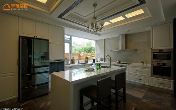 设计师在厨房中央规划轻食中岛吧台,并有储藏室配置,真实呈现美式生活。