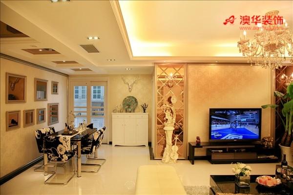 璀璨透亮的电视背景墙,用菱形镜面搭配上典雅的欧式壁纸,流露出低调的华丽。适量摆设高档欧式软装配饰,让整个客厅的元素变得更加丰满。