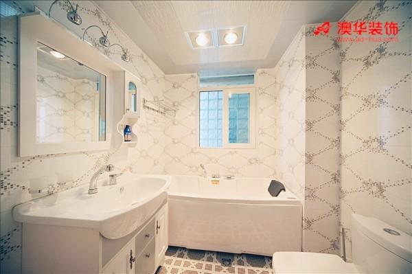 卫生间的墙砖很有特点,灰色马赛克在纯白墙砖上点缀出别样风情,俏皮活泼,使卫生间呈现出洁净却不失设计感。由于卫生间面积较小,所以洁具的布局也是另一个侧重点。