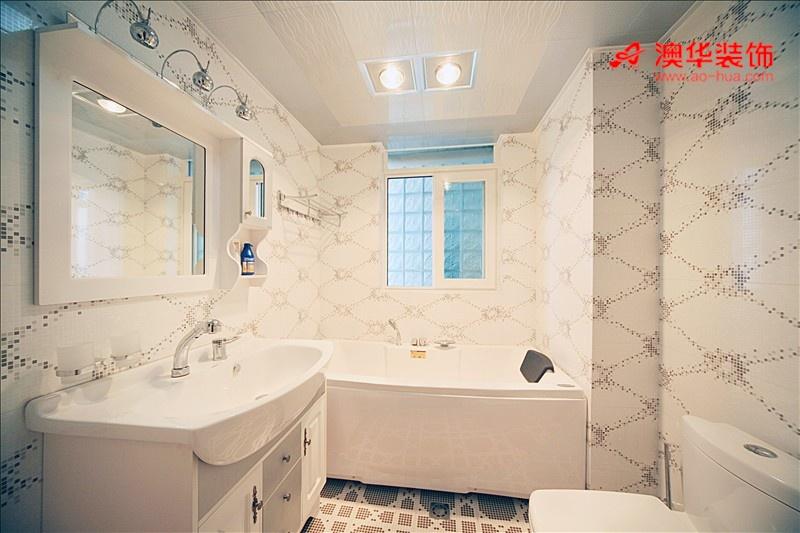 卫生间的墙砖很有特点,灰色马赛克在纯白墙砖上点缀出