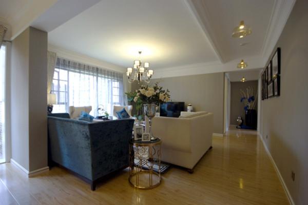 客厅:作为待客区域,以蓝色为点缀。昆明易百装饰在色彩搭配和风格上,强化了现代美式的高贵和典雅,弱化了现代风格的气息与凌厉。