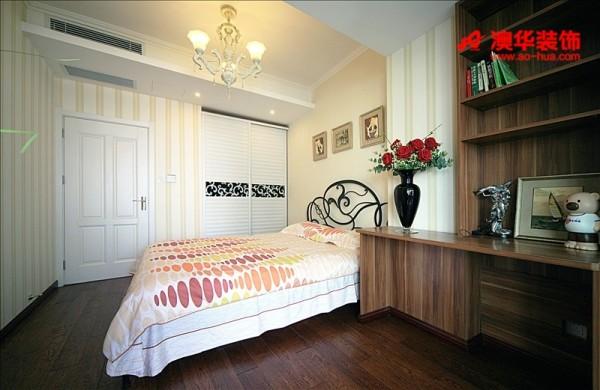设计以人为本,为了迎合主人安安的生活作息习惯,设计师将主卧室与书房设计在一起,让安安能更好的劳逸结合。定制的书桌将卧室实现最大利用化,木材色泽与地板色泽搭配适宜,视觉和谐。