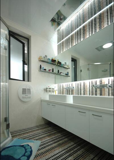 色彩对比强烈的厨房宽敞明亮,设计紧凑布局合理。