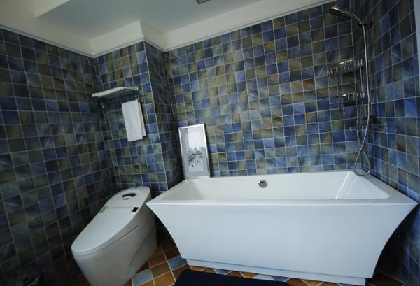 卫浴间:作为小空间,易百装饰采用了浅色系来装点,浅色调能够提升空间的视角扩张性。大面积的蓝色仿古砖和白色卫浴的结合,这样的设置不仅让空间更为明快,也延伸了视觉空间感。
