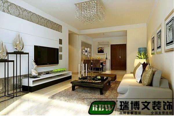纵观客厅宽口的顶角线,搭配电视墙上的搚缝