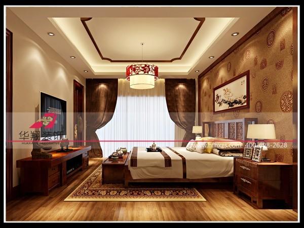 卧室环保型的地板;中国传统符号的图案的壁纸,传达吉祥的寓意;简洁的木线条走边,温暖的灯带让吊顶不单调。中式风格卧室装修,预约装修电话:18225858207