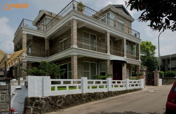 白色围篱内,砖墙屋廓与锻造栏杆围塑美式别墅大宅.图片