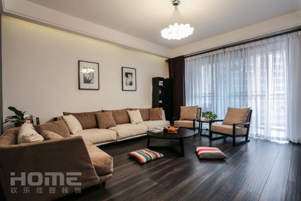 低矮的沙发,地上的垫子,感受舒适与席地而坐的快乐。