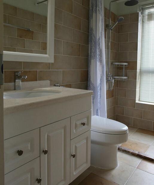 卫生间:瓷砖并没有铺到顶,而是留了空间做防水涂料。既保证了墙面不会受潮也有了美化效果。