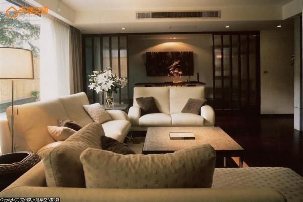 绝佳尺度的落地开窗,以调性质朴的家具配置,营造出日式简约的轻淡风韵。