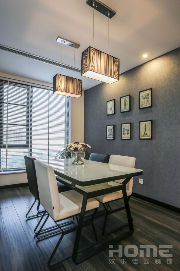精致的挂画,整体色调和家具的统一,让整个画面有种精致效果图的错觉。